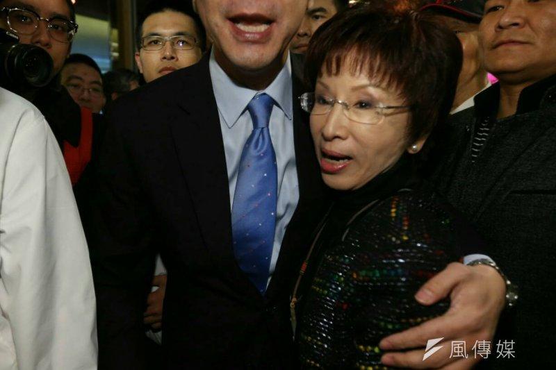 國民黨總統候選人朱立倫(左)與競總顧問團總團長洪秀柱(右)首度公開會面,兩人熱情擁抱。(陳明仁攝)
