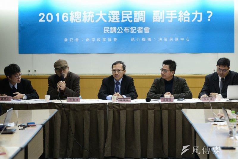 兩岸政策協會公布最新總統大選民調,蔡英文及陳建仁的組合支持度達52.6%,遙遙領先其他兩組候選人。(林俊耀攝)