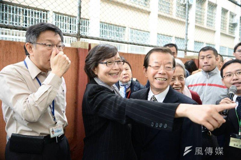 台北市長柯文哲、民進黨中常委謝長廷及鄭南榕遺孀葉菊蘭參觀自由巷特展開幕,圖為葉菊蘭看到當年和謝長廷一起抗爭的照片。(林俊耀攝)