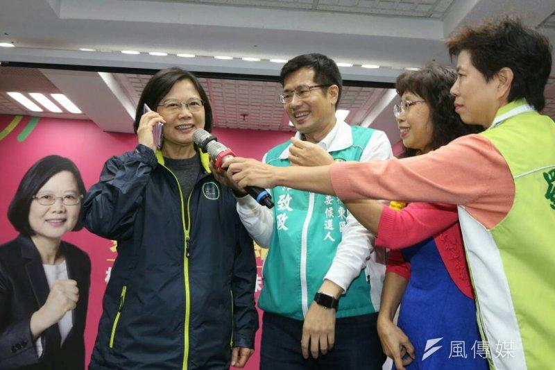 民進黨總統候選人蔡英文為新北立委候選人羅致政助選。(陳明仁攝)