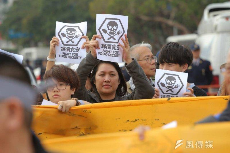 「頂新不倒、食安亂搞、捍衛食安大遊行」12月12日在台北登場(葉信菉攝)