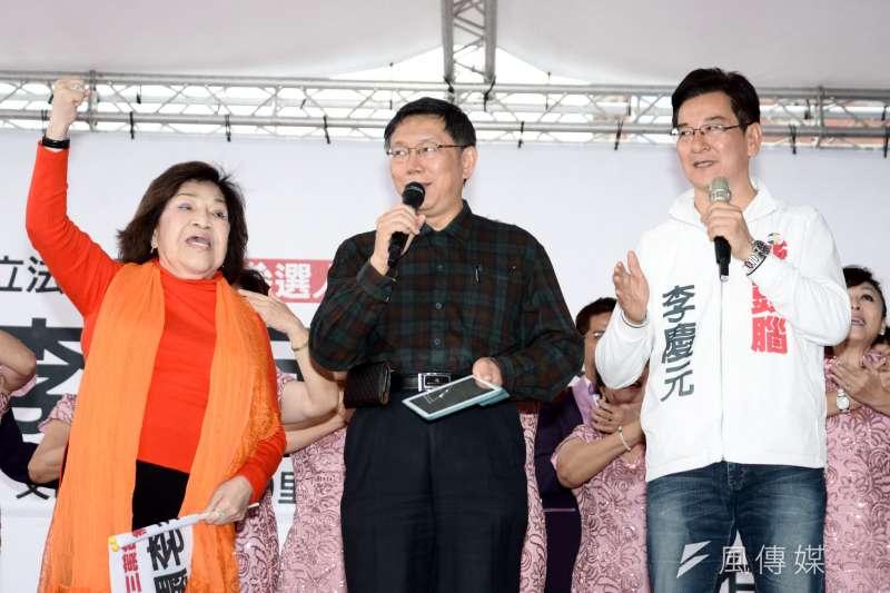 李慶元競選總部12日成立大會上,台北市長柯文哲上台與藝人周遊共唱「你是我的兄弟」。(林俊耀攝)