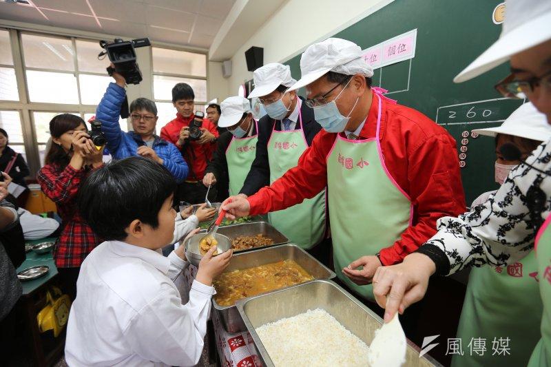 台中市市長與南陽國小學子共進營養午餐(取自:台中市政府網站)