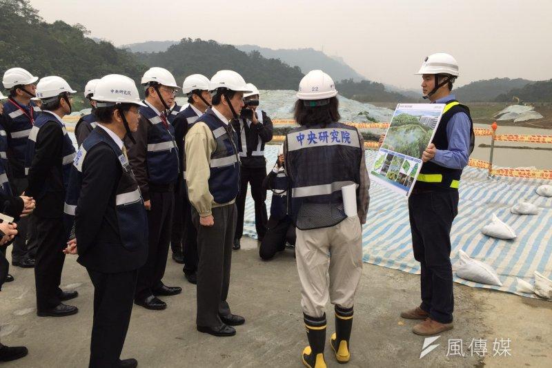 總統馬英九16日下午赴「國家生技園區」視察工程進度,發現工程嚴重落後,花10分鐘痛批中研院重大工程延誤。(仇佩芬攝)