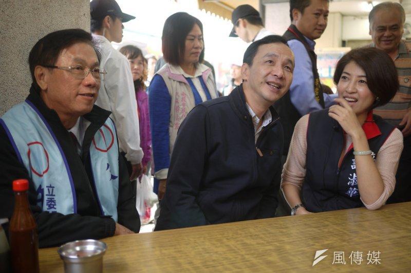 國民黨總統候選人朱立倫(左)與總統馬英九22日接棒,替原住民立委孔文吉站台輔選。(羅暐智攝)