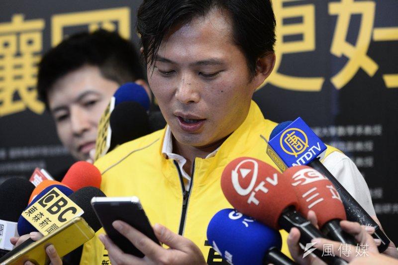黃國昌24日指出,岳父看了昨天旺中相關報導,傳LINE簡訊到家族群組,宣布與國民黨「割袍斷義」。(林俊耀攝)