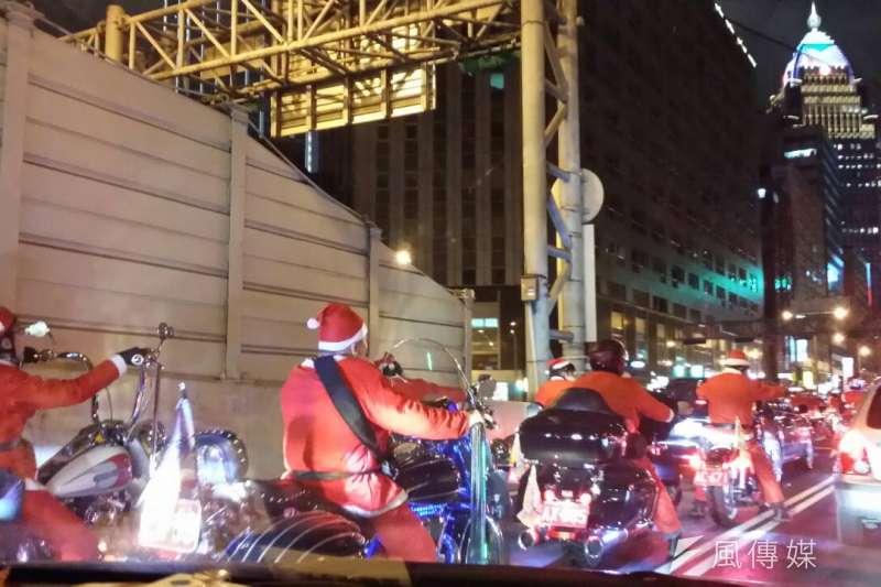 20151124平安夜的台北市充滿聖誕氣氛,一群騎士打扮成聖誕老人的模樣,只不過騎的是重機並非麋鹿,在街頭吸引人群目光。(吳典蓉攝)