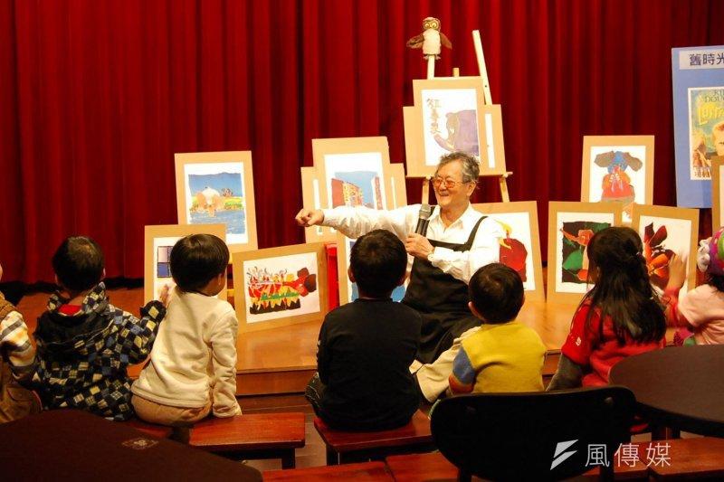作家黃春明在自己經營的紅磚屋咖啡廳內,與小朋友歡樂互動。(取自百果樹紅磚屋臉書)