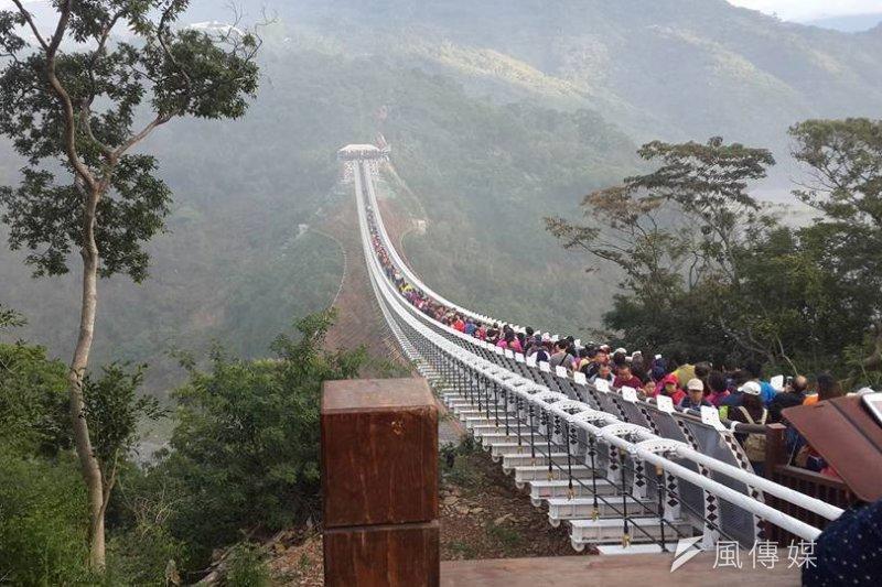 日前才完工開放的屏東山川琉璃橋明明限制100人通行,27日卻有民眾拍攝到的橋面竟擠滿近乎數倍的民眾,從橋頭到橋尾通通都是人,情況險象環生。(取自爆料公社臉書)