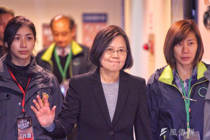總統候選人第一場電視辯論會27日結束之後,民進黨候選人蔡英文離開會場。(曾原信攝)