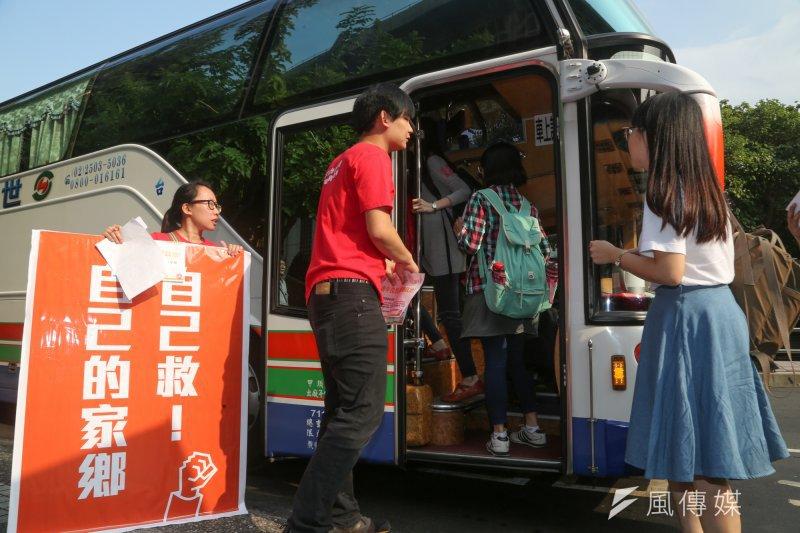 許多大學決議提前舉行期末考,而中南部部分大學生更成立返鄉專車,鼓勵大家投票。圖為2014九合一選舉青年返鄉投票專車。(資料照,余志偉攝)