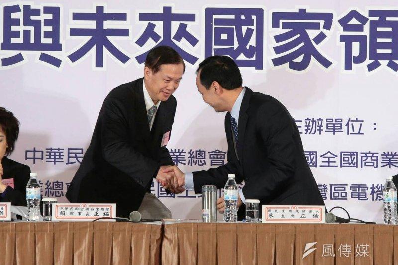 七大工商團體29日與國民黨總統候選人朱立倫座談。和朱立倫握手的是商總理事長賴正鎰。(顏麟宇攝)