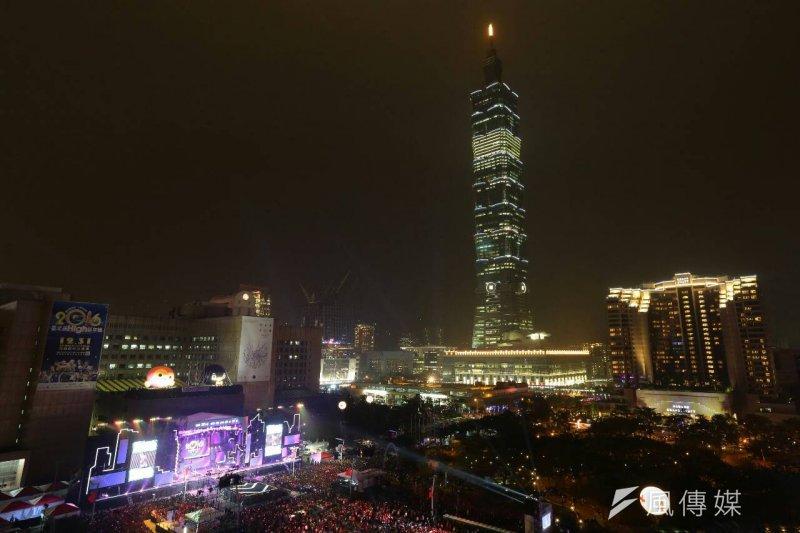 2016跨年演唱會從晚間7點開始,一直HI到凌晨1點,今年台北捷運載運量可望達320萬人次。(顏麟宇攝)