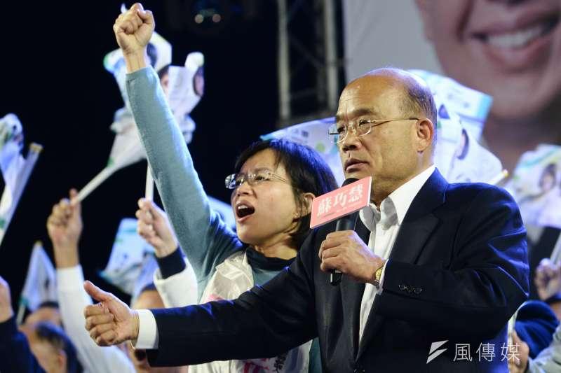 選前黃金周末新北市民進黨立委候選人蘇巧慧於樹林舉辦造勢大會與父親蘇貞昌同台。(林俊耀攝)