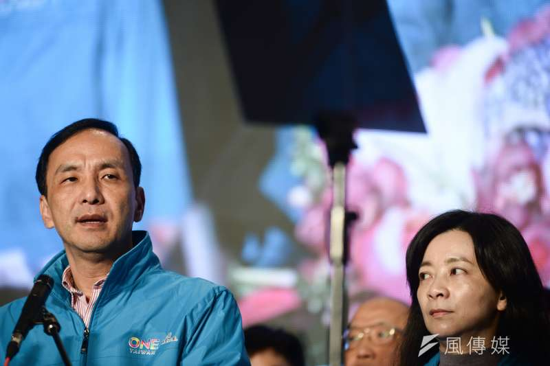 國民黨在2016總統暨立委選舉當中遭遇到前所未有的潰敗,宣布辭去黨主席的朱立倫與妻子高婉倩。(林俊耀攝)