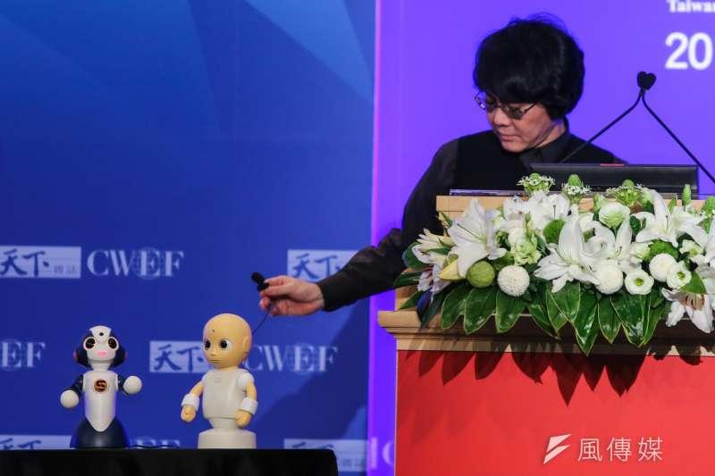 日本機器人之父石黑浩(右)22日來台參加2016天下經濟論壇。(陳明仁攝)
