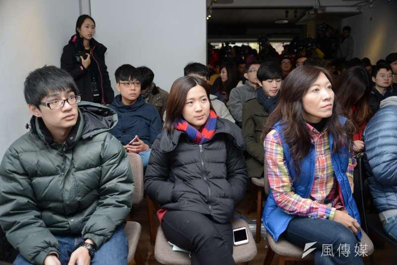 國民黨青年組成「草協聯盟」力促黨內改革,前資訊議題中心主任徐巧芯(中)與國民黨中常委侯佳齡(右)。(林俊耀攝)