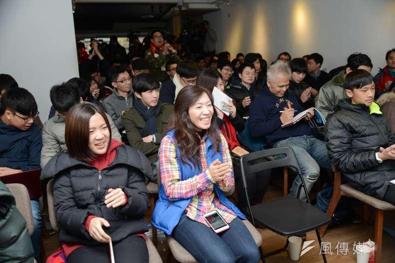 國民黨青年組成「草協聯盟」力促黨內改革,現場突有一位民眾說要「愛得鼓勵」支持國民黨內,一旁徐巧芯鼓掌叫好。(林俊耀攝)