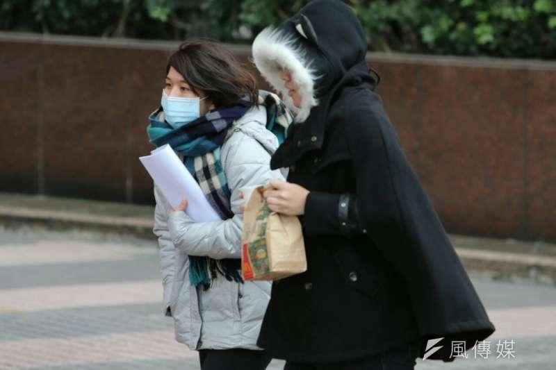 今氣溫驟降,北台灣天氣濕冷,民眾須做好保暖、留意皮膚狀況(陳明仁攝)