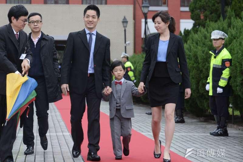 第9屆立法院今天上午舉行預備會議選舉新任立法院長,國民黨新科立委蔣萬安帶著妻兒走紅毯。(林俊耀攝)
