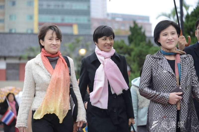 在網路上被封為「民進黨S.H.E」的立委蕭美琴(左)邱議瑩(中)鄭麗君今天相約一起走紅毯(林俊耀攝)