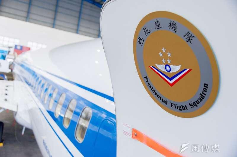 (春節留稿)第七代的總統專機首度在停機坪亮相,機艙門貼有「總統座機隊字樣」。(林俊耀攝)
