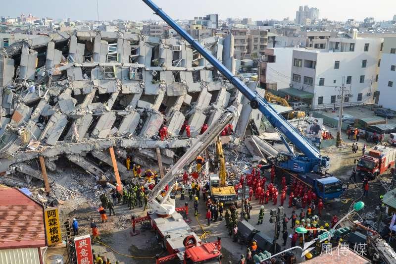 台南市維冠金龍大樓2016年2月間因強震倒塌,造成115人死亡。台南地院16日判決,建商林明輝等5名被告及大合鑽探公司賠償7億元。(資料照,陳明仁攝)