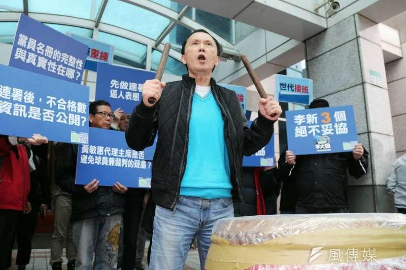 國民黨中常會,台北市議員、國民黨主席參選人李新在中常會外擊鼓抗議連署造成黨內分裂和選制不公。(陳明仁攝)