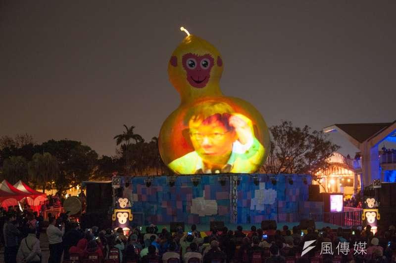 柯文哲的美學有比較高明嗎?圖為2016台北燈節主燈「福祿猴」,印上柯文哲經典抓頭表情。(林俊耀攝)