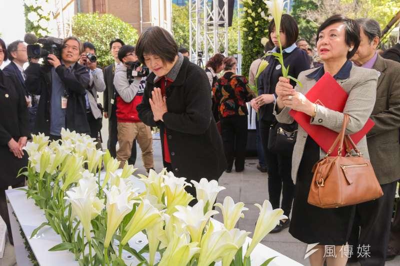 20160228-二二八事件69週年中樞紀念儀式.受難者家屬拿著親人照片獻花(陳明仁攝)