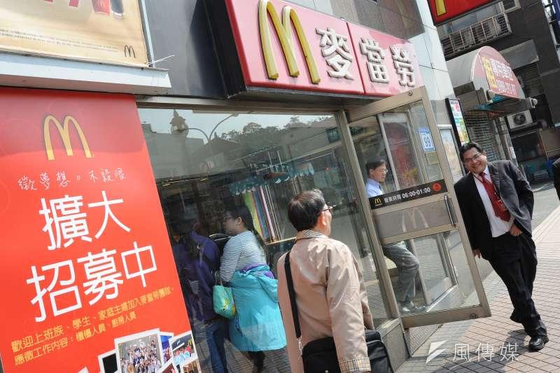 鼓勵企業加薪,民進黨秘書長洪耀福3日上午也指示黨中央,今天請全體黨工吃麥當勞,因為麥當勞也剛宣布替計時員工調薪,幅度大約5%。(資料照,林俊耀攝)