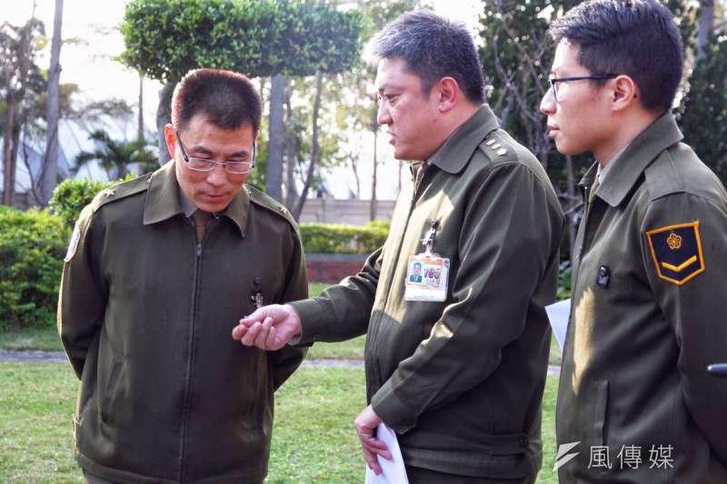 憲兵指揮部政戰主任謝明德(左)出面說明憲兵入民宅扣押檔案事件。(曾原信攝)
