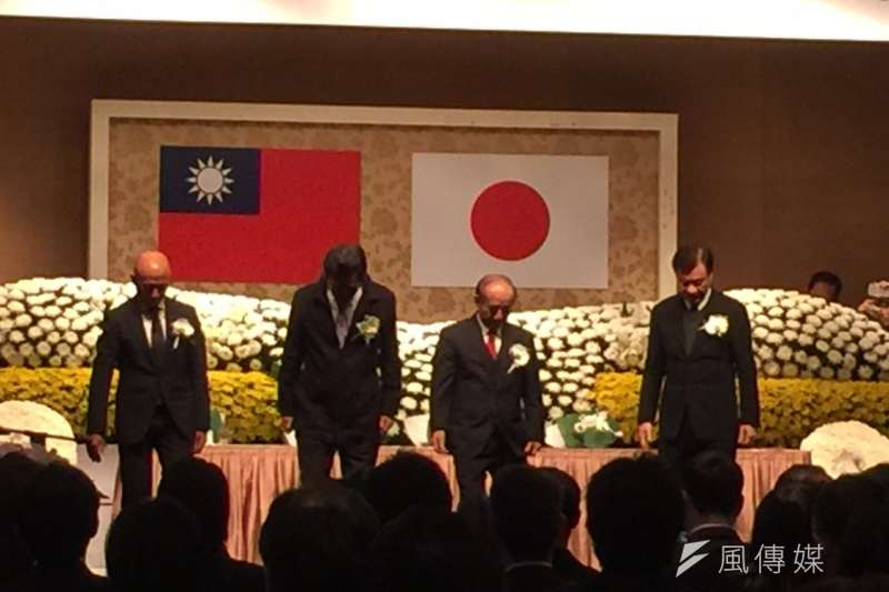 311東日本大地震5周年追悼感恩會在台北舉行,在311震災發生的日本時間下午14點46分,與會人員與日本同步默禱1分鐘。(仇佩芬攝)