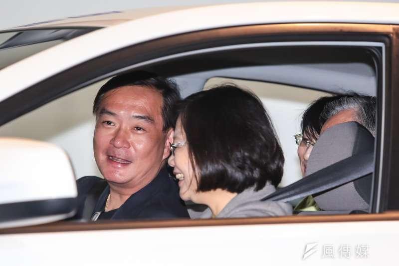 裕隆集團執行長嚴凱泰(左)食道癌病逝,享年54歲。圖為2016年總統蔡英文產業之旅,參訪裕隆集團總部,嚴凱泰親自迎接。(資料照,顏麟宇攝)