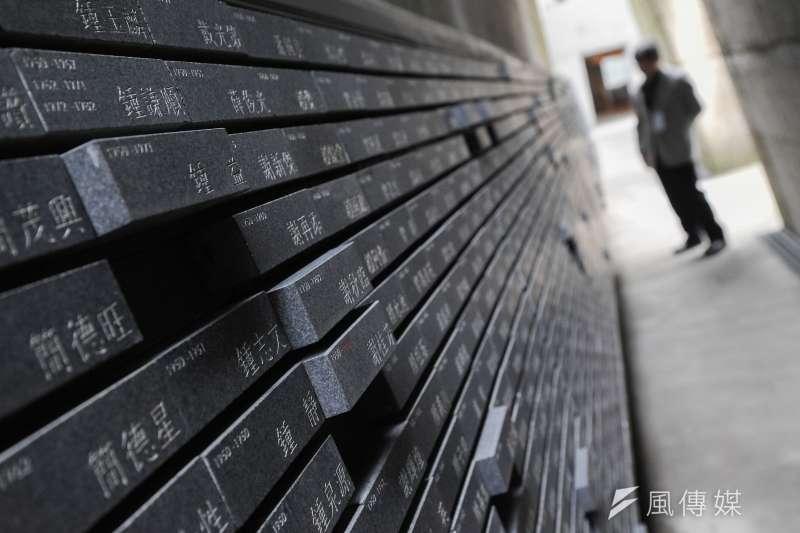 景美人權文化園區當中,目前已蒐集將近7628位受難者的史料,並將姓名鑲嵌在紀念碑上,突起塊為當時遭審判無期徒刑的受難者。(林俊耀攝)
