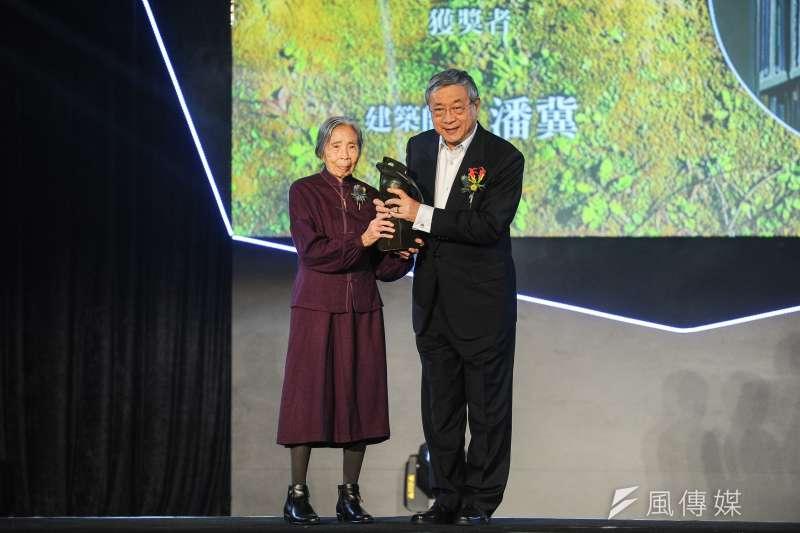第19屆國家文藝獎25日於空總新創基地舉行頒獎典禮,贈獎人王秋華(左)將獎項頒發給建築師潘冀(右)。(林俊耀攝)