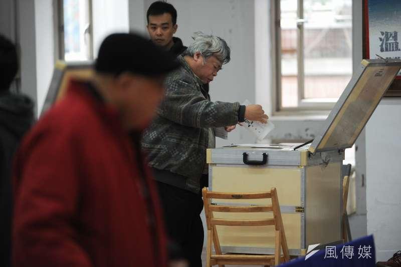 中選會發言人陳朝建12日表示,公投如果要實施不在籍投票,整體考量,在《選罷法》內規定較適切。圖為投票示意圖。(資料照,林俊耀攝)