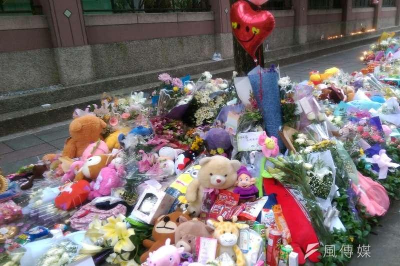 內湖女童命案現場,無數民眾以鮮花、禮物悼念「小燈泡」。(風傳媒)