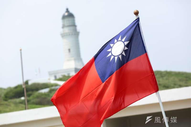 筆者指出,泛藍支持者在台灣選舉時高舉進青天白日滿地紅國旗,卻在香港中聯辦或到了中國領土或中國官方來訪時收起旗子,甚至中國媒體把這面國旗馬賽克,仍不覺邏輯錯亂。(資料照,顏麟宇攝)