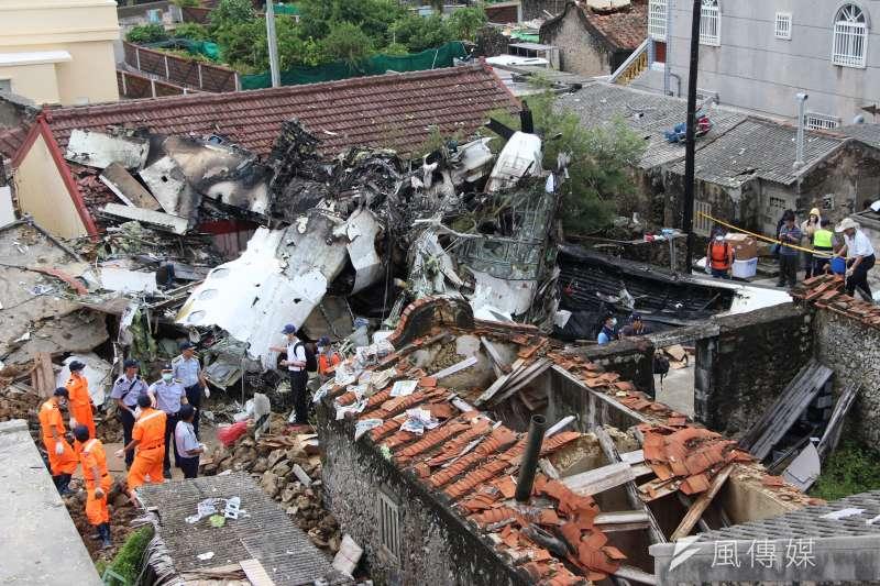 2014年的復興航空澎湖空難造成49人罹難,時任空軍馬公基地前高勤官荊元武、馬公塔台機場管制席李佳峯,一審判決無罪。(資料照,葉信菉攝)