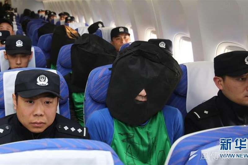 4月13日,北京首都機場,第二批台灣電信詐騙犯罪嫌疑人從肯亞被包機押解回中國。(新華社)