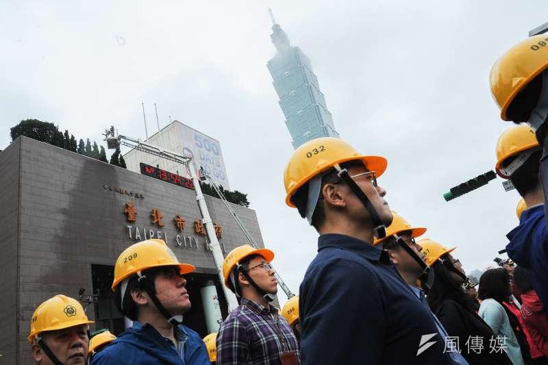 「台北市105年軍民聯合防空(萬安39號)演習」於18日下午舉行,台北市政府特別演練「市府大樓遭遇飛彈襲擊」的狀況。(林俊耀攝)