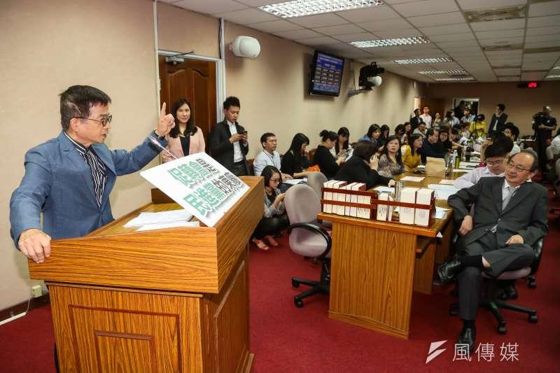 國民黨立委賴士葆21日於司法法制委員會,針對審查促進轉型正義條例草案發言。(顏麟宇攝)
