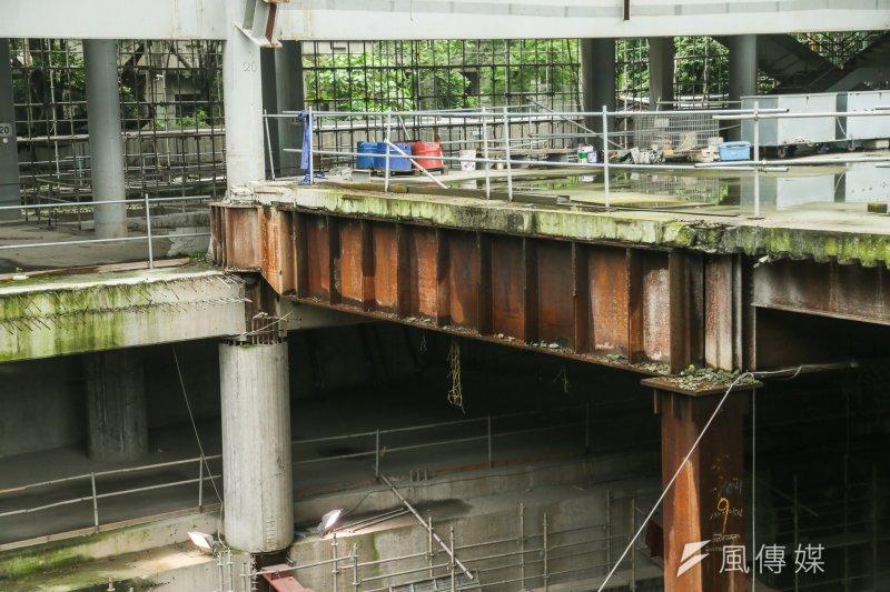 大巨蛋工地因市議員考察首次開放,只見水泥長青苔、鋼鐵已生鏽,對於未來公安產生重大疑慮。(陳明仁攝)