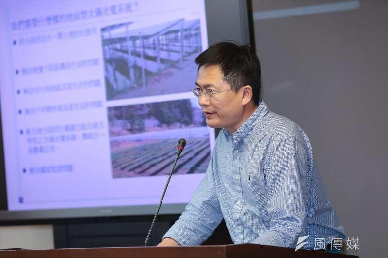 太陽光電系統同業公會副理事長郭軒甫28日於「台灣的地面型光電未來願景」公聽會簡報。(顏麟宇攝)