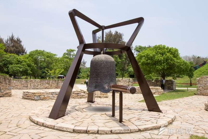 金門古寧頭和平紀念園區內的和平鐘。(顏麟宇攝)
