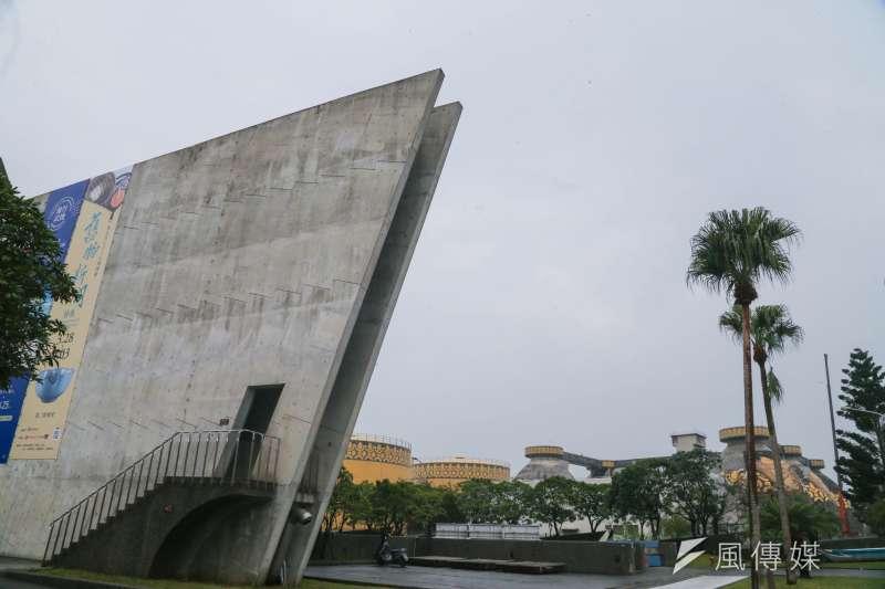 十三行博物館外觀建築呈現17度的歪斜,傾斜不正的八角塔,表達被毀壞的遺跡無法重現的意境。(陳明仁攝)