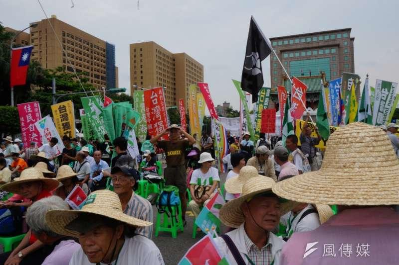 街頭陳抗現場,常見統獨民眾對峙(資料照,王彥喬攝)