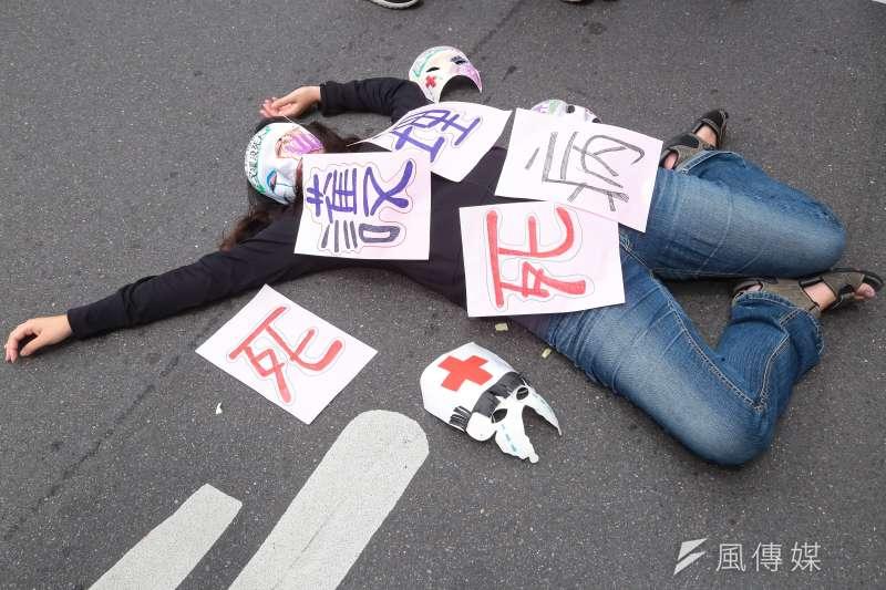 台灣護理人員諮詢協助團25日至民進黨中央,抗議護病比不均維護護病安全。(顏麟宇攝)