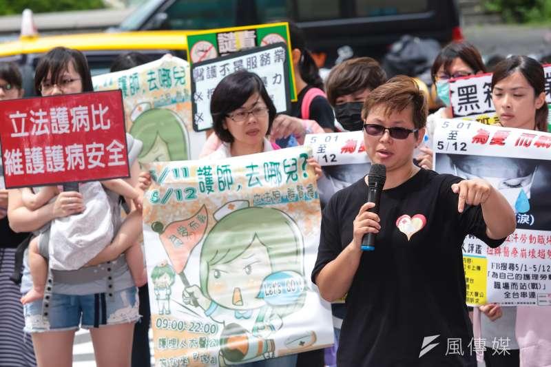 台灣護理人員諮詢協助團陳玉鳳護理師25日至民進黨中央,抗議護病比不均維護護病安全。(顏麟宇攝)